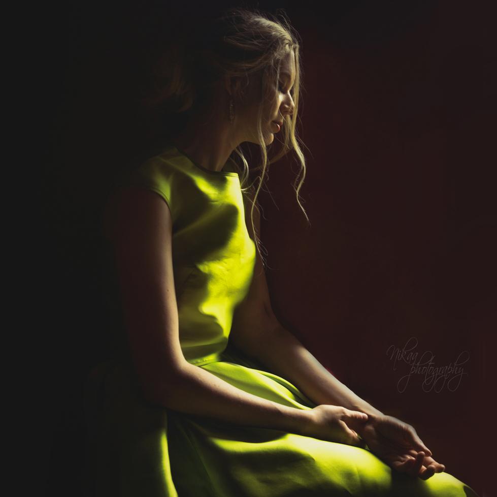 Zöld ruhás hölgy